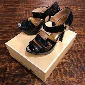 Micheal Kors Gold buckle details heels 👠